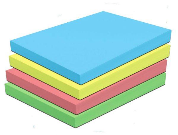 Fogli A4 colorati, in blu, giallo, rosso e verde.